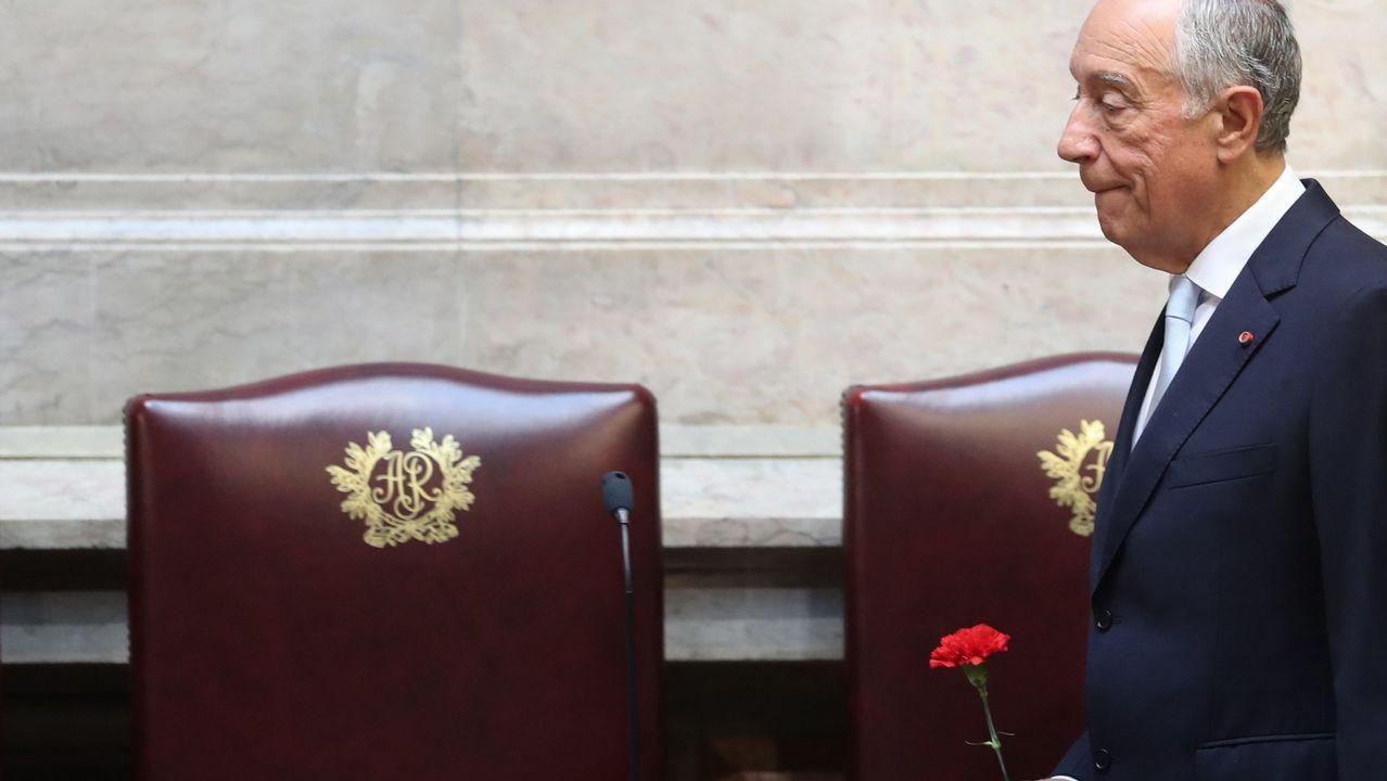Rebelo de Sousa llega con un clavel a la sesión del Parlamento con motivo del aniversario