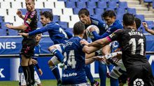 Jimmy, Edgar, Grippo y Lucas, en una acción de balón parado en el Oviedo-Sabadell