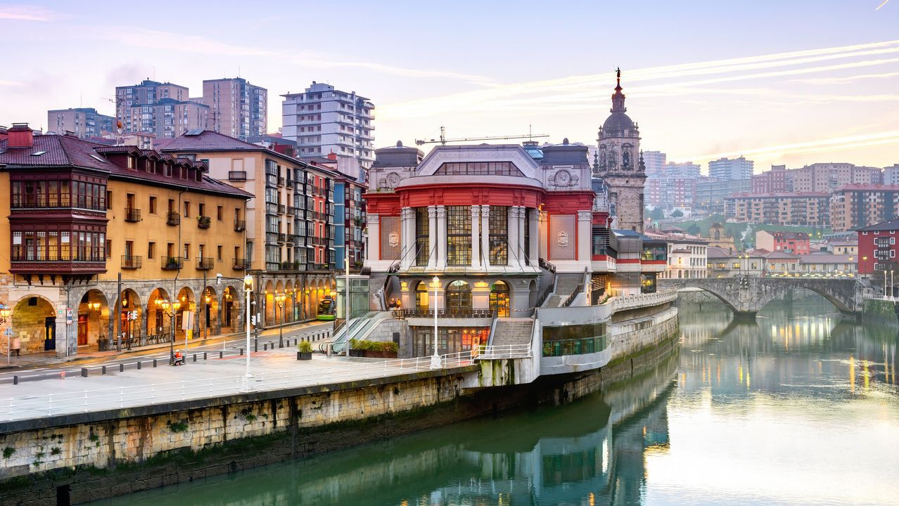 Bilbao. Bilbao acometió la reforma de su puerto a través de la sociedad de gestión Bilbao Ría 2000, un ente consorciado que permitió en el inicio del siglo, transformar una urbe industrial en un potente foco de atracción de cultura y turismo.