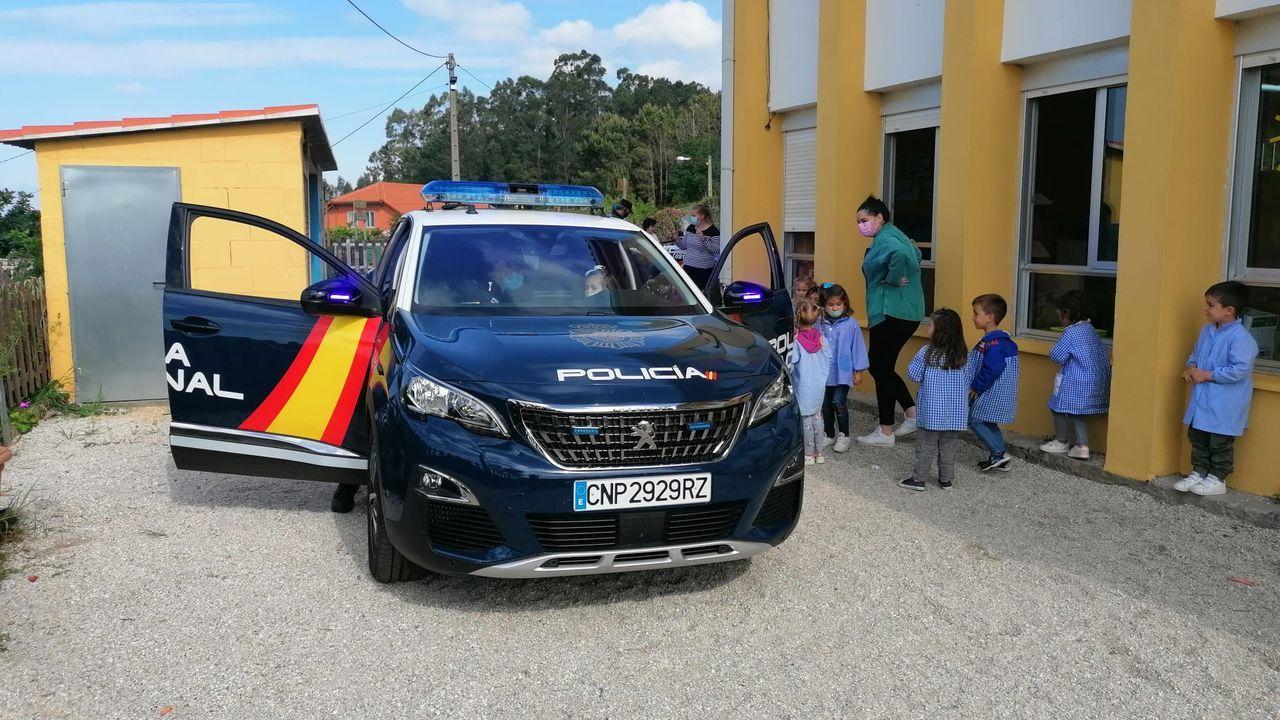 Jornada de vacunación en Fexdega.Los niños pudieron conocer el funcionamiento de un coche patrulla