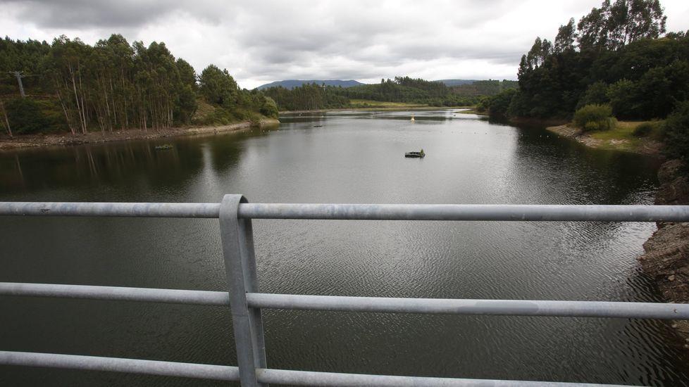 De Tui a Cangas sin salir de la Red.Guardar la distancia. El Rexistro Xeral del Concello de Pontevedra luce una barrera para evitar la proximidad entre usuarios y funcionarios.