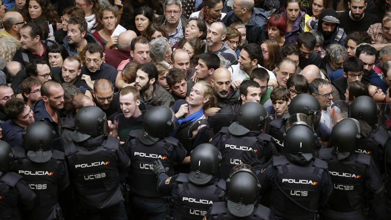 El día del referendo ilegal agentes antidisturbios de la Policía Nacional formaron un cordón de seguridad en los alrededores del colegio Ramón Llull de Barcelona.