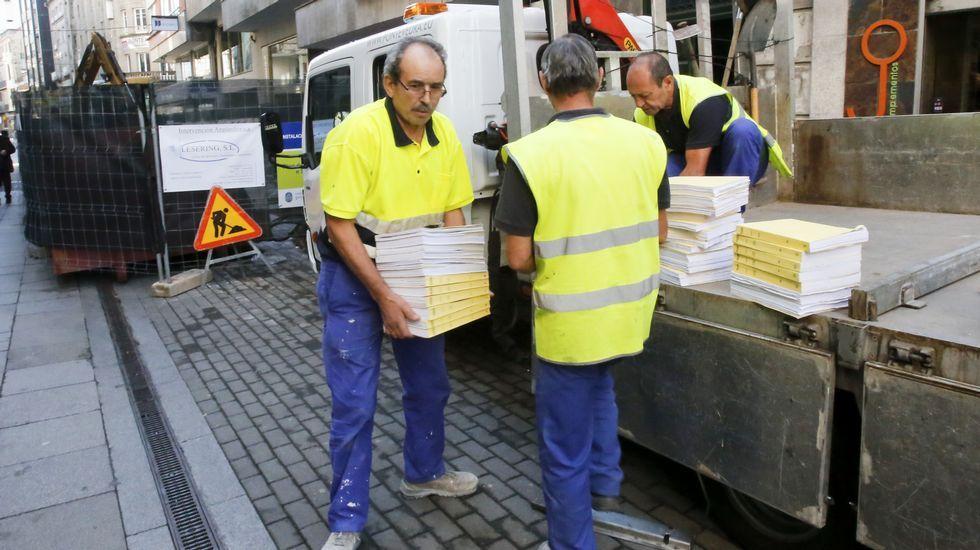 Vigilancia Aduanera registra las oficinas del servicio de Intervención Municipal del Concello de Pontevedra.Un agente de Aduanas, el pasado miércoles, llevándose expedientes del Concello.