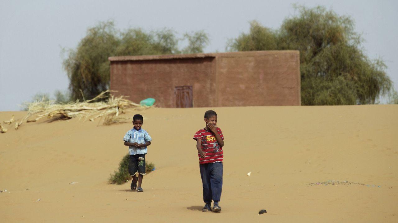 Un niño recogeropa después del ataque al campo de migrantes de Tajura, Trípoli