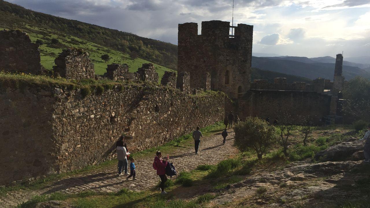 El castillo de Cornatel, en Priaranza del Bierzo, es visitable, aunque está en obras de consolidación