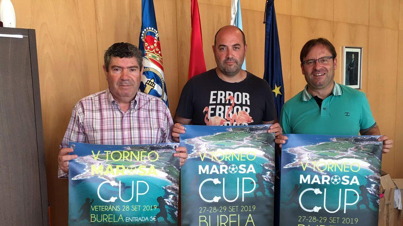 Los buceadores de Mergullo Viveiro graban los restos del barco hundido la semana pasada.Lucas, Cortina y Borja, con Rozada pendiente, durante el Vetusta-Racing