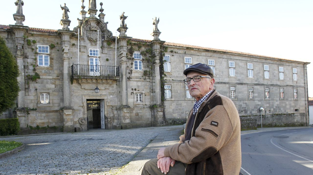 El psiquiatra Emilio González Fernández, en el 2016, ante el sanatorio de Conxo, del que fue jefe clínico entre 1970 y 1975