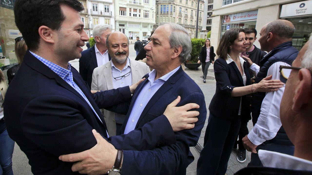 Un recorrido visual por la ruta de A Cubela.Tomé, en el centro, saluda a Gonzalo Caballero en un reciente encuentro de cargos socialistas en Lugo