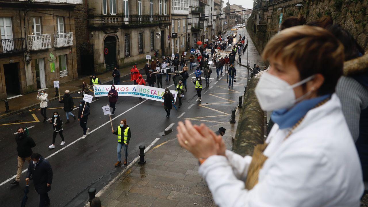 Marcha de manifestantes a su paso por Santiago, tras dejar atrás la Praza de Galicia