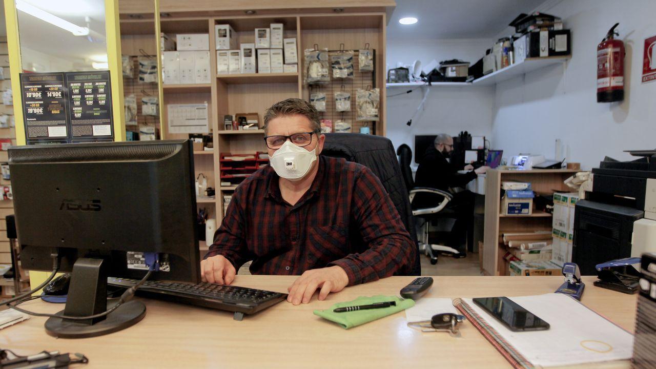 Mariscadoras a pie vuelven al trabajo.Manuel Gómez, de La Baldosa de Vilagarcía, no tiene claro en qué fase de la desescalada le saldrá rentable reabrir su bar