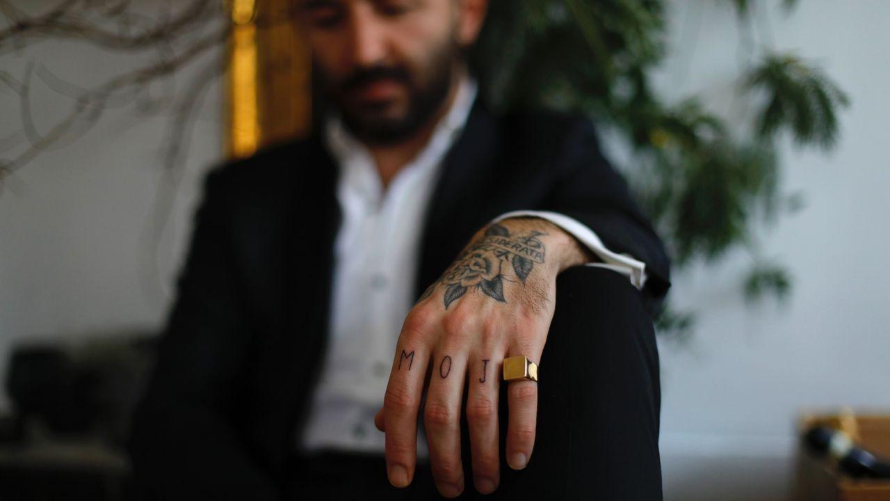 Mojo es uno de los últimos tatuajes que le hizo Marta a Néstor. El anillo es de Rígido