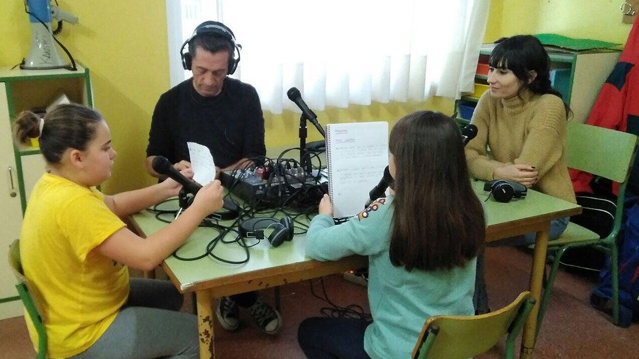 Elisa Cepedal, entrevistada por alumnas del CP Cervantes en presencia de José Luis Sagredo
