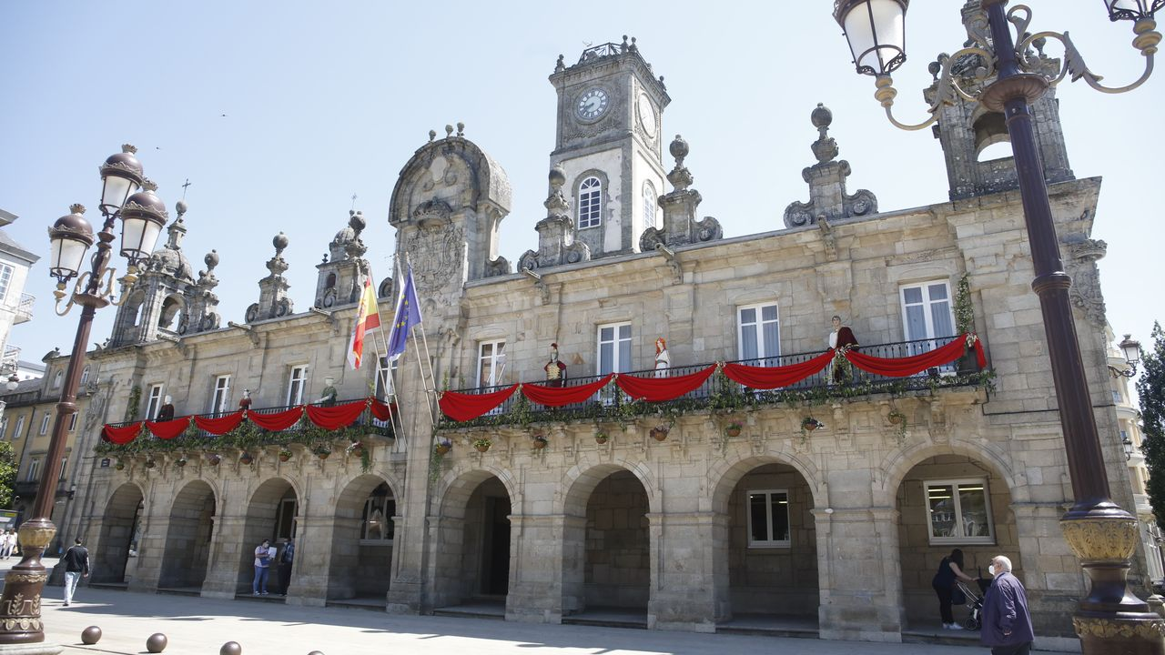 Un sábado de Arde Lucus marcado pola pandemia.Los balcones del Concello están adornados con la decoración propia de la festividad del Arde Lucus
