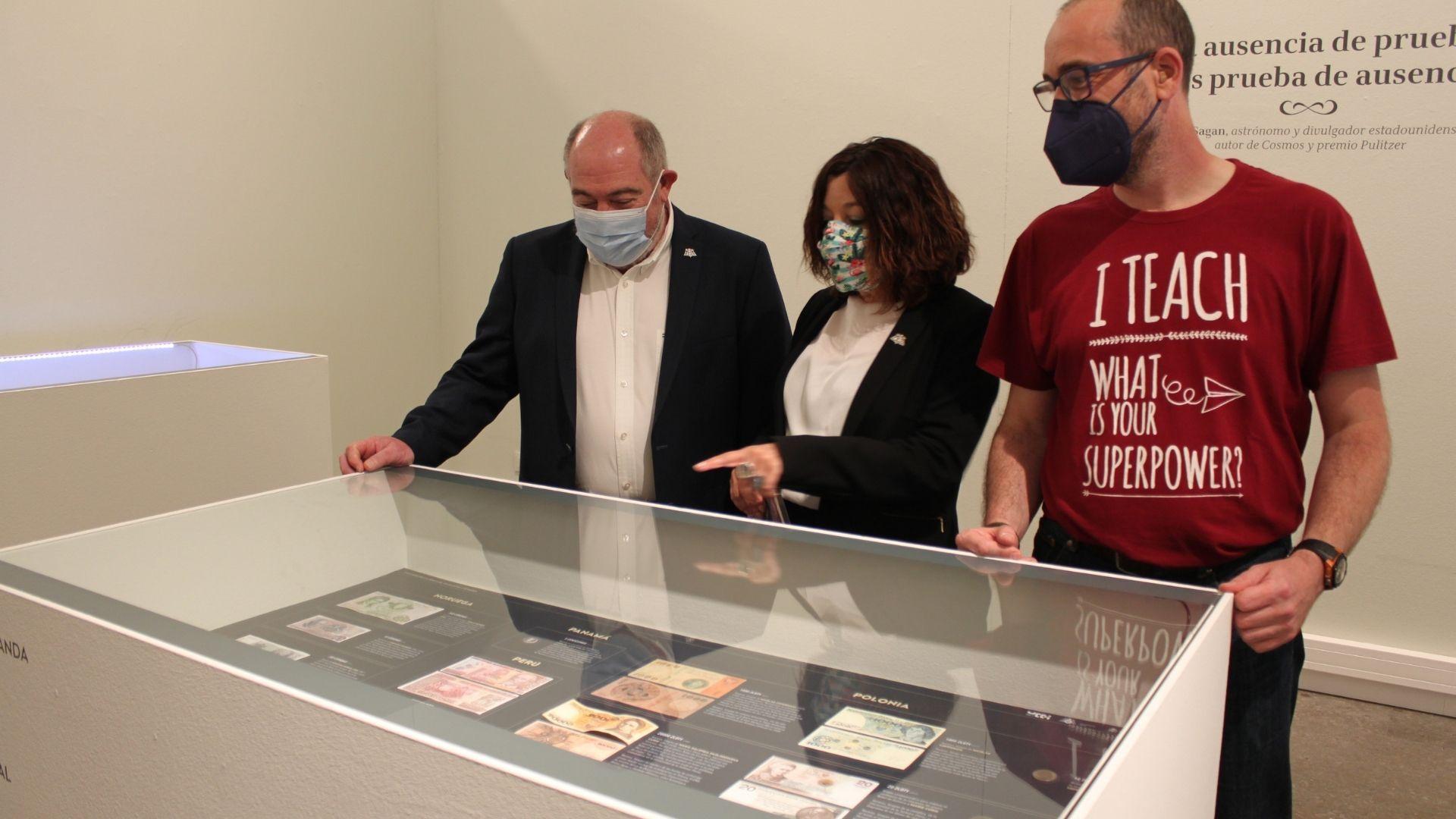 De izquierda a derecha, los vicerrectores Carmen Adams y Antonio Fueyo; y el comisario de la muestra José Manuel Montejo