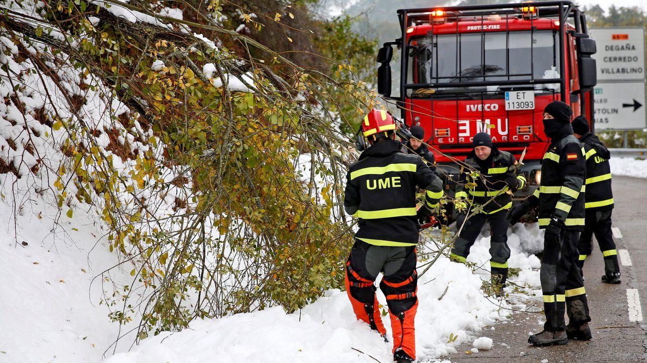 Los 120 efectivos de la Unidad Militar de Emergencias trasladados a Asturias para ayudar a paliar los efectos del temporal de nieve