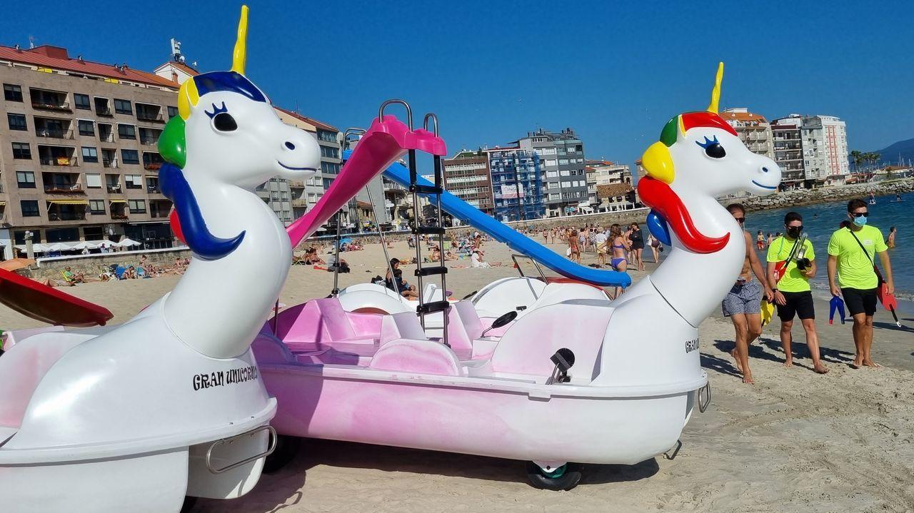 Las padaletas con diseño de unicornios en la playa de Silgar, en Sanxenxo