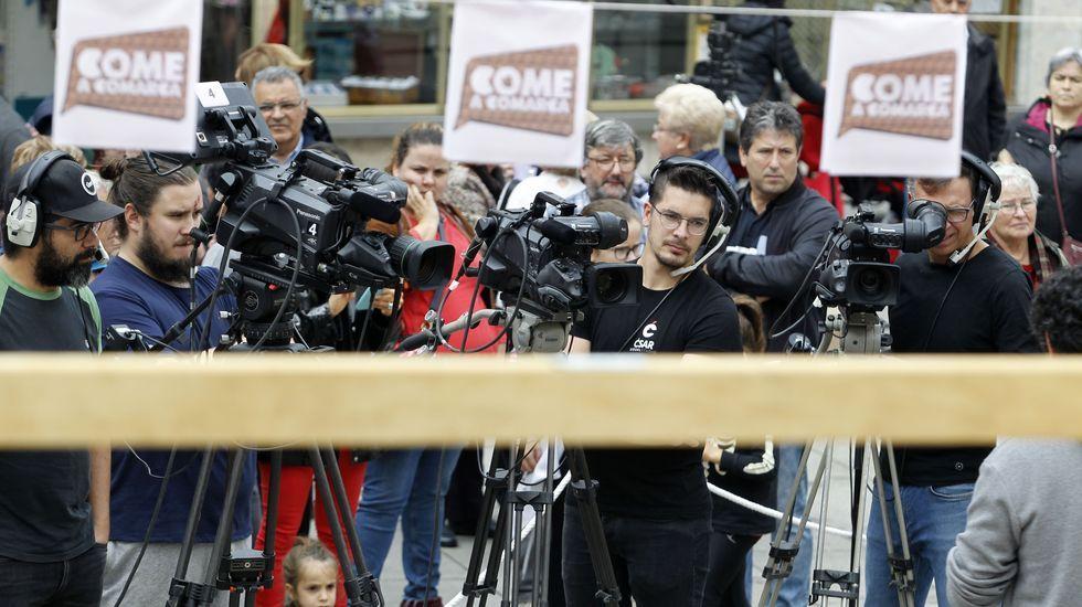 O público puido seguir as evolucións dos dous equipos tamén nas pantallas colocadas xunto ao escenario da gravación, na praza de España