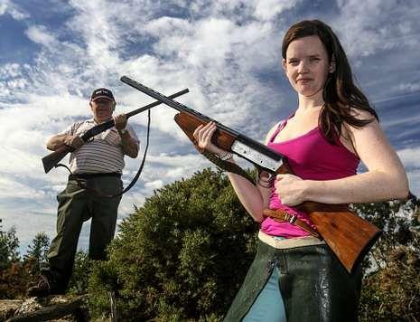 A cazadora larachesa María Pedreira, de 20 anos, o domingo no que se iniciou a tempada de caza.