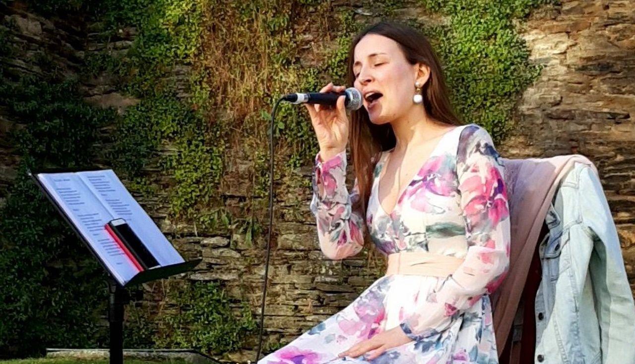 Noelia forma parte do dúo Una Mesa Para Dos e tocou no Muralleando o Día da Música