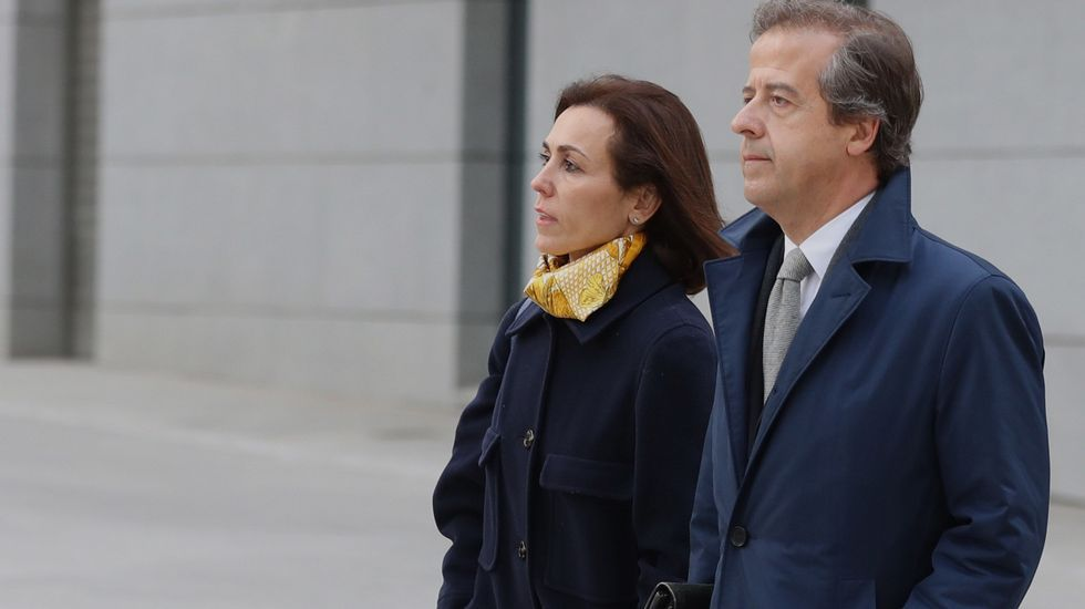 Podemos presenta el autobús de la trama: el «Tramabús».Mireia Pujol, junto a su abogado