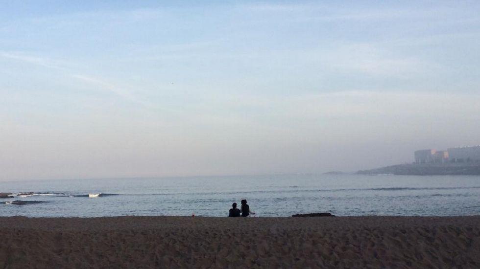 Una pareja en Riazor al amanecer