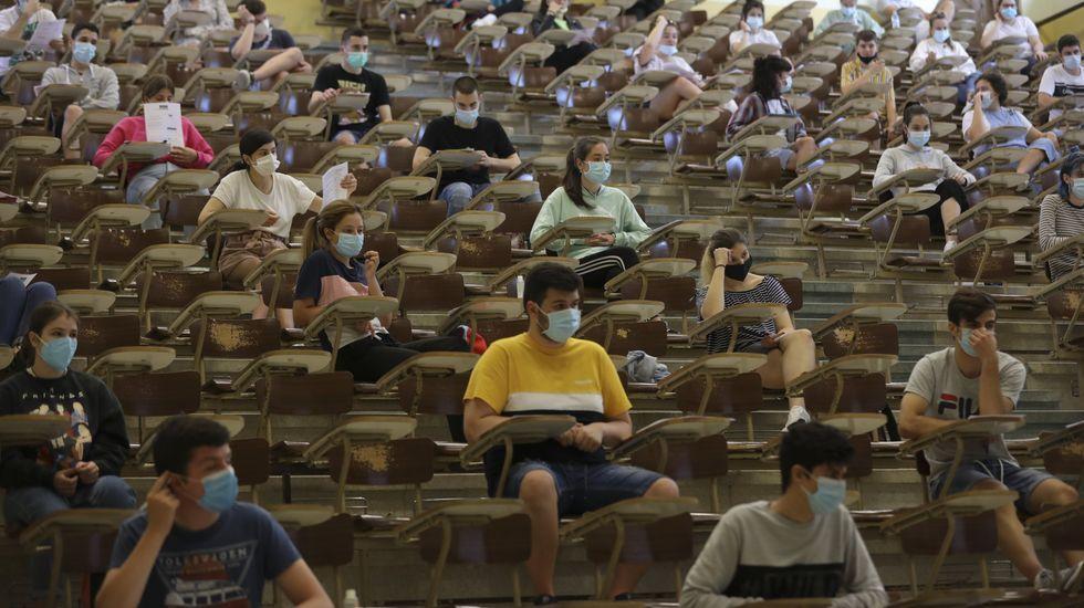 Alumnos realizando las pruebas ordinarias de selectividad el verano pasado en Santiago
