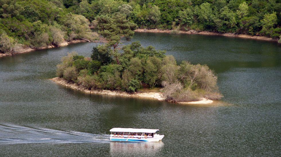 El catamarán de Os Peares a su paso por la isla de Maiorga, en una imagen de archivo