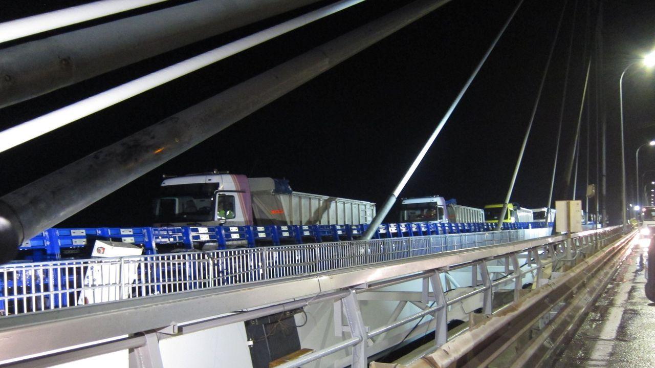 Transportistas: los que nunca se confinan.Aspecto que presentaba este martes por la tarde el puente de Rande, el tramo con mayor densidad de tráfico de la AP-9