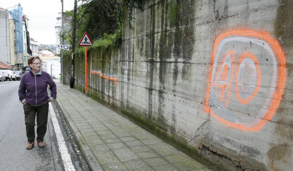 Las improvisadas señales de 40 por hora se reparten por varios puntos de la calle Mandeo, a las afueras de Betanzos.