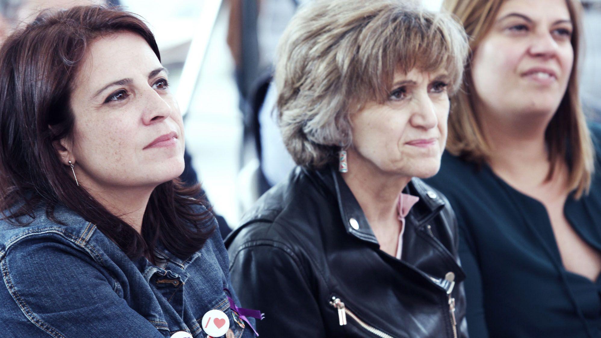 Un centenar de personas evita el desahucio de una mujer de 72 años en Gijón.Adriana Lastra Maria Luis Carcedo