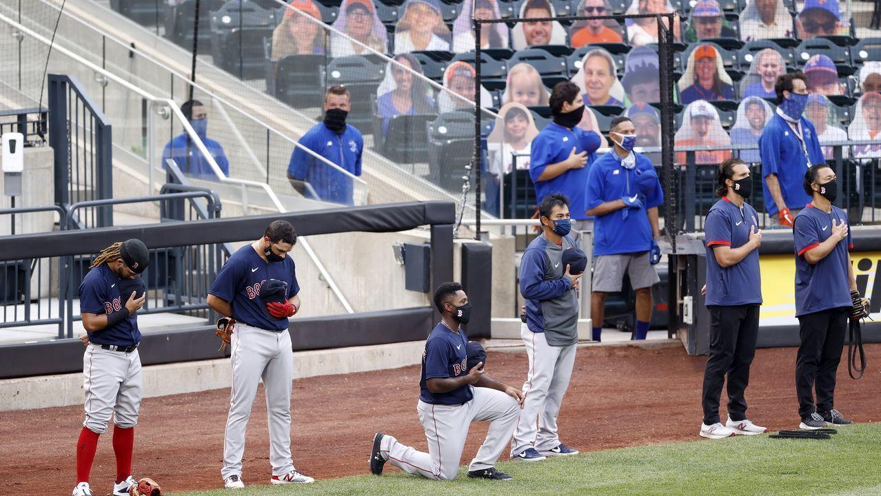 Jackie Bradley Jr., jugador de Boston Red Sox, se arrodilla durante el himno nacional antes del partido de béisbol MLB entre los Boston Red Sox y los New York Mets en el Citi Field en Flushing Meadows, Nueva York, EE.UU