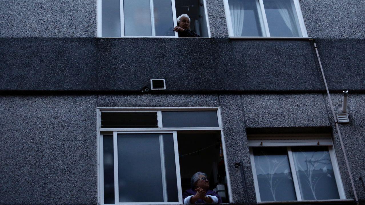 Dos vecinas confinadas en sus pisos en la comarca de Barbanza