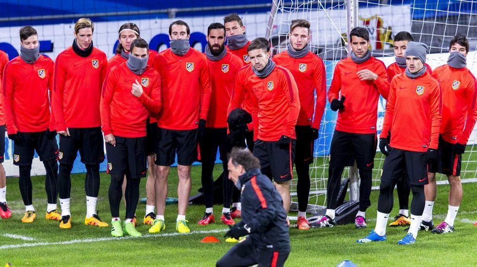 El Atlético de Madrid-Deportivo, en fotos.Martín, que fue el más sobresaliente del partido, defendido por Escudero (11) y Casal (22).
