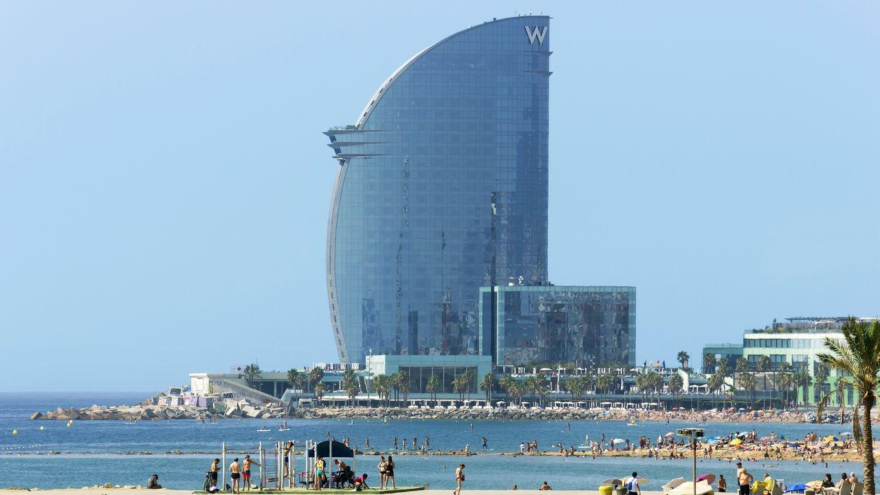 Barcelona. La línea portuaria de Barcelona empezó a cambiar en los años ochenta del siglo pasado, con grandes zonas dedicadas a la náutica deportiva, un centro de negocios, un gran hotel, centros comerciales, cines, un acuario, restaurantes y paseos públicos.