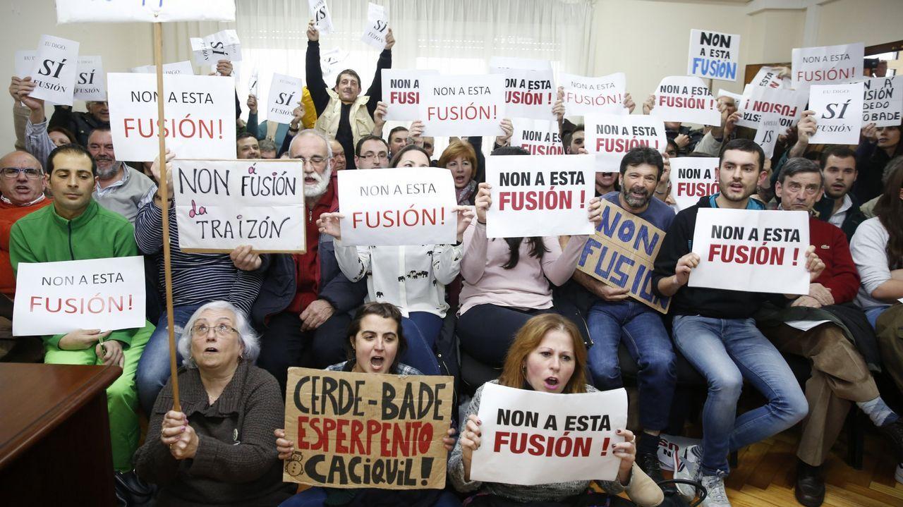 Gómez-Limón pide el voto para el BNG.Vecinos opuestos a la fusión de Cerdedo y Cotobade, durante un pleno en el 2016