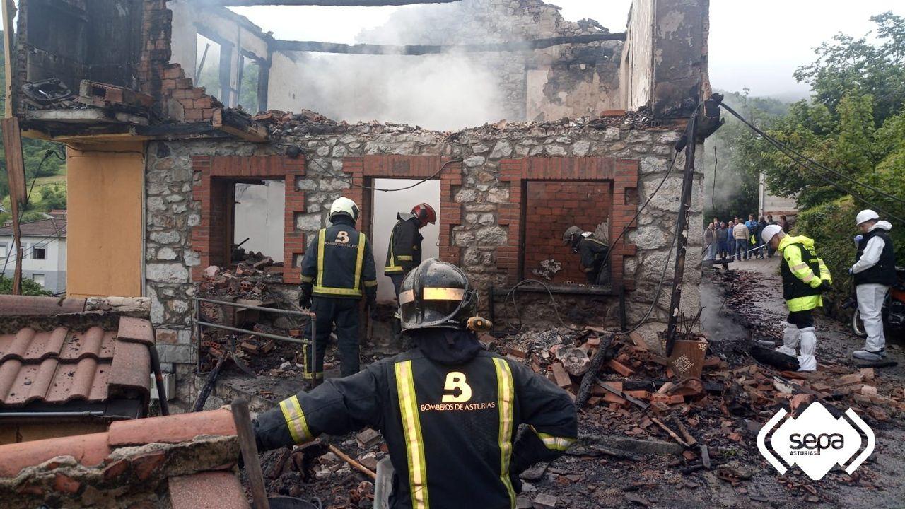 Un incendio devora una casa en Laviana.Juan Luis Poladura