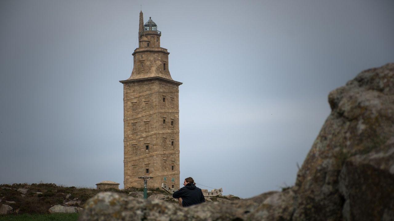 Sorpresa entre los turistas por el cierre de la Torre.Manuel Otero, Francisco Martínez e Elena Candia, reunidos en Mondoñedo.