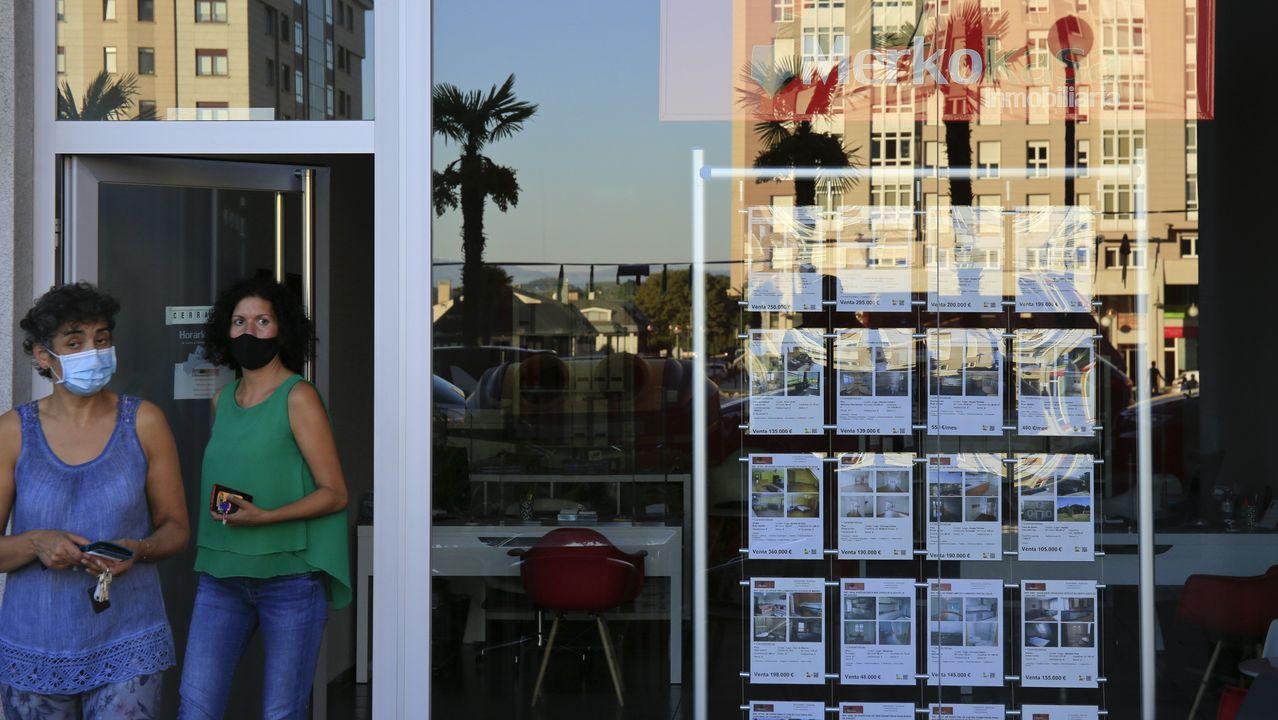 ÁLBUM: Las siete figuras de hierro que animan las calles de Navia.Cola en el covidauto del hospital de Lugo
