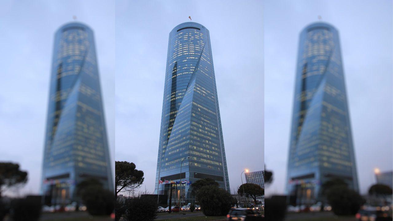 TORRE ESPACIO (Madrid) - Ubicada en el Área de Negocio Cuatro Torres, es el edificio con más plantas de España, un total de 56, y el cuarto más alto (224 metros)
