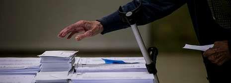 Un hombre deposita su voto, en las elecciones del pasado 25M.