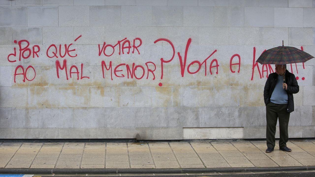 Núñez Feijóo: «Sánchez nos ha metido en un lío mayor que en el que estábamos».Votaciones, el pasado domingo, en un colegio electoral del sur lucense