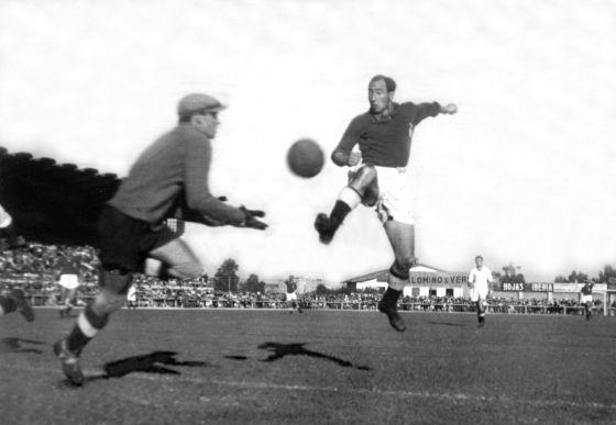 Isidro Lángara remata a puerta en un partido entre el Oviedo y el Real Madrid, en el año 1946
