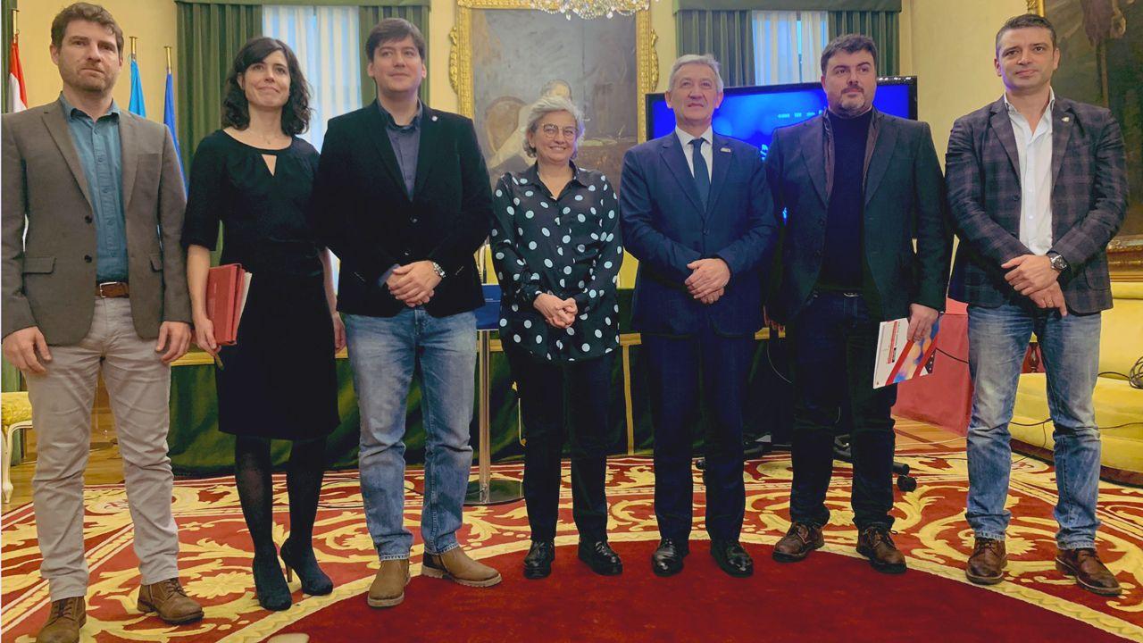 La alcaldesa de Gijón, entre el consejero de Ciencia, Borja Sánchez, y el rector de la Universidad de Oviedo, Santiago García Granda