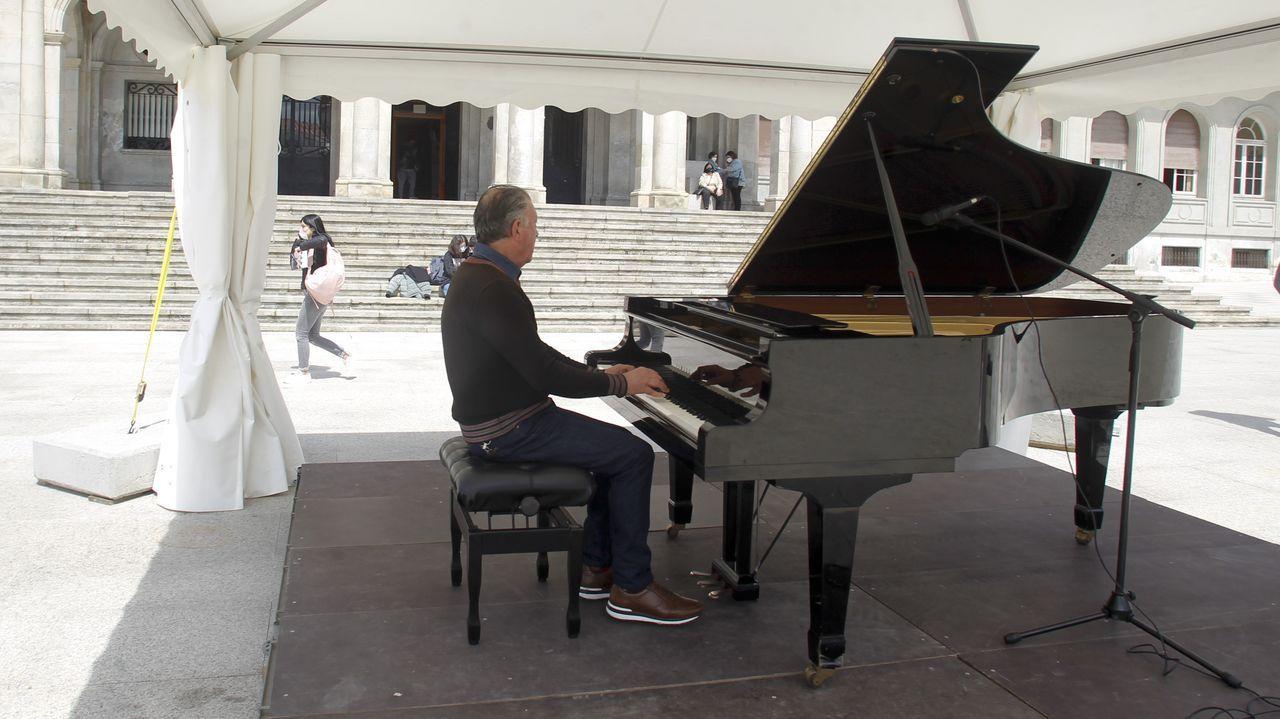 En la imagen, el piano de cola que se ha instalado en la plaza de Armas en el marco del certamen, pero quien lo desee lo pueda tocar