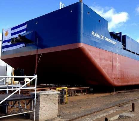 portada.La primera barcaza de Galictio fabricada y bautizada en Uruguay