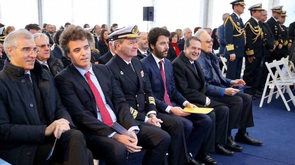 Freire entrega el oceanográfico Carrasco a la Marína de Guerra de Perú.Juan Sin Miedo, en el centro de la fotografía
