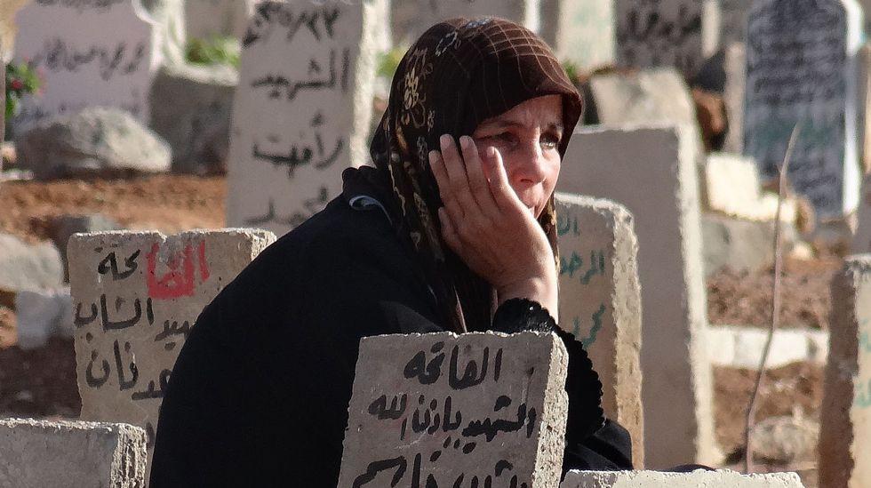 Ataque ruso sobre la provincia siria de Homs.Una siria ante la tumba de su hijo muerto en Daraa.