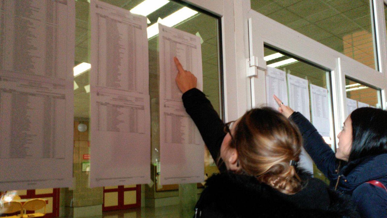 Un grupo de pasajeros consulta los vuelos en el Aeropuerto de Asturias.Aspirantes a conseguir una plaza del MIR en Asturias
