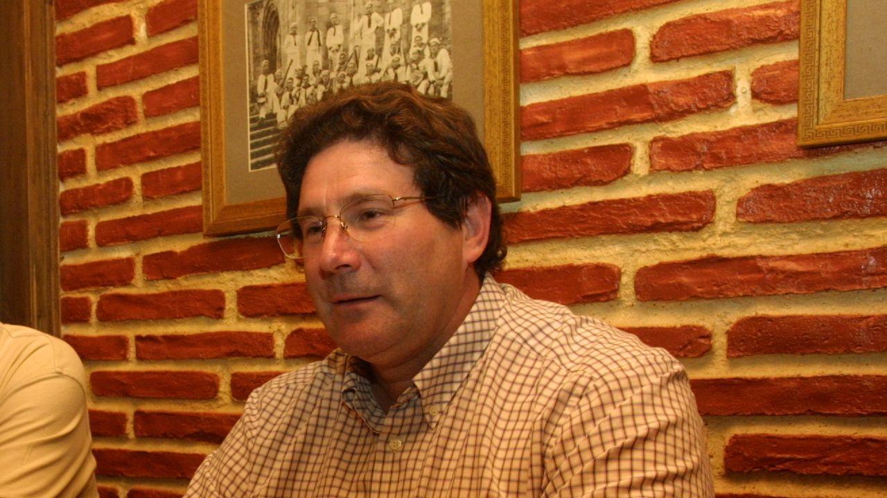 Roberto Álvarez, en una rueda de prensa en el 2005.El alcalde de Burela, Alfredo Llano, saliendo del Ayuntamiento