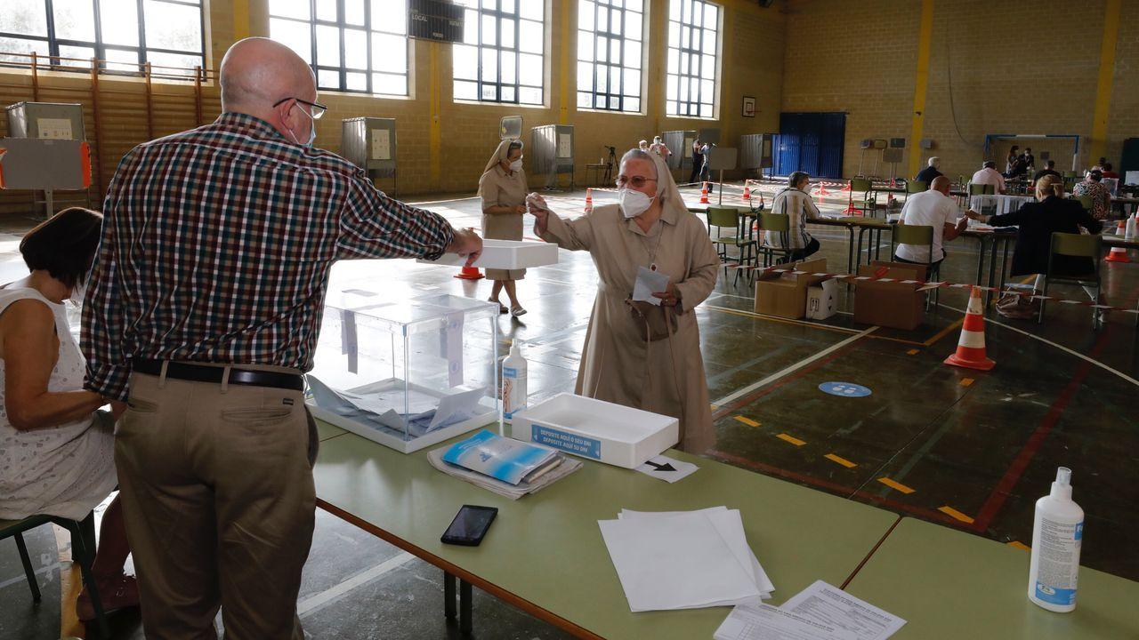 Por el coronavirus, Viveiro reubicó dos mesas electorales en la casa consistorial, donde en algunos momentos se formaron colas